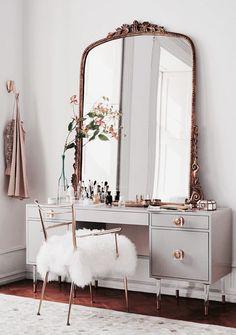 Великолепное трюмо с большим зеркалом в классическом стиле в светлом интерьере