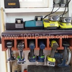 Cordless Tool Dock Made Out OF Repurposed Pallet 1001 Pallets, Recycled Pallets, Wood Pallets, Pallet Wall Bathroom, Pallet Mirror, Pallet Spice Rack, Pallet Towel Rack, Pallet Tool, Diy Pallet Projects