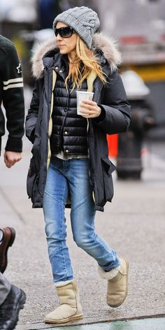 Warm and casual in the streets of NYC Cold Weather Outfits, Winter Outfits, Casual Street Style, Casual Chic, Carrie Bradshaw Outfits, Parker Coat, Sarah Jessica Parker, Ootd, Uggs