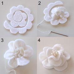 Oggi, a parole, sarò brevissima.....   Voglio proporvi una raccolta di tutorial fotografici per realizzare fiori in feltro.   Voi non lo sap...