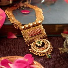 When the best of Indian design - Gujarati Ravi Phool, Rajasthani Jaisalmeri and Hyderabadi Chand - come together, the result is this… Real Gold Jewelry, Gold Jewelry Simple, Indian Wedding Jewelry, Golden Jewelry, Gold Jewellery, Latest Jewellery, Ethnic Jewelry, Bridal Jewelry, India Jewelry