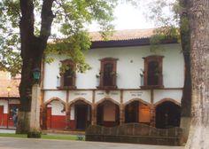 Un hotel céntrico en Pátzcuaro con una ubicación privilegiada es Hotel Mansión Iturbe.