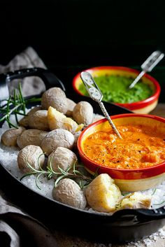Spanish salted boiled potatoes from canary islands with red sauce or green sauce. papas arrugadas con mojo rojo y verde - Potato Recipes, Vegan Recipes, Cooking Recipes, Benefits Of Potatoes, Cooking On The Grill, Different Recipes, International Recipes, Antipasto, Soul Food