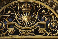 Décor sculpté de l'une des grilles dorées de la Cour royale, Versailles, châteaux de Versailles et de Trianon © EPV/ Christian Milet