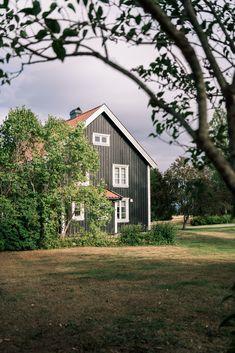 De klassiske husene er en del av det norske landskapsbildet, og gir en følelse av landlig idyll. Kjennetegn ved den klassiske stilen er at den tar i bruk rolige, stramme former og rene plan. Klassiske hus er enkle og stilrene. Fasadene er tidløse, men samtidig forankret i den norske byggestilen. Home Fashion, Habitats, Scandinavian, Houses, Cabin, House Styles, Home Decor, Homes, Homemade Home Decor