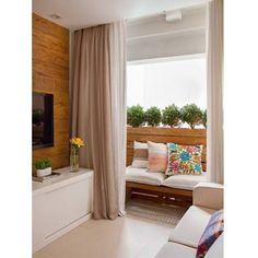  Decoração   Ideia ótima pra aproveitar melhor sacadas pequenas! Transforme ela em uma extensão da sala. Nesta foto, foi colocado um banco virado para dentro da sala, e o painel de madeira no para peito combinando com o painel da TV, ajudou a integrar e trazer um ar de ambiente interno para a varanda. Só lembrem de usar móveis e painéis resistentes a umidade na varanda. (via @fashionismo)  #inspiração #tranqueirachic #dicasdedecoracao #decoração #sacada #sacadapequena #estilo #personalidade
