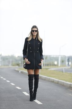 produção linda de inverno! botas over knee e casaco preto