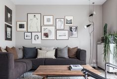 Woonkamer met taupe galerijmuur | Living room with a taupe gallery | vtwonen 02-2018 | Fotografie & styling Holly Marder/Avenue Design Studio