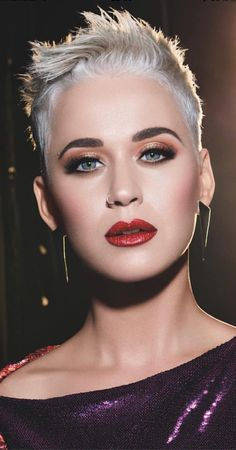 Katy Perry with blonde and short hair. I once had it short like hers, but my hair was dark brown. Short Pixie Haircuts, Pixie Hairstyles, Short Hairstyles For Women, Celebrity Hairstyles, Trendy Hairstyles, Short Sassy Hair, Short Hair Cuts, Short Hair Styles, Katy Perry