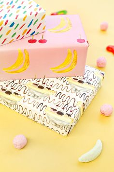 Papel de regalo inspirado en el postre banana split // Free Printable Banana Split Wrapping Paper