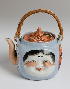 Antique teapot with four faces depicted on the side of the pot, plus a bamboo handle. Cute Teapot, Teapots Unique, Teapots And Cups, China Porcelain, Porcelain Ceramics, Chocolate Pots, My Tea, Tea Time, Tea Party
