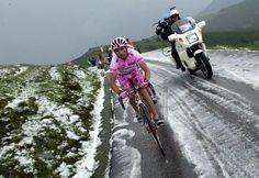 Gilberto Simoni cemented his lead in the 2003 Giro dItalia on a wintry stage.
