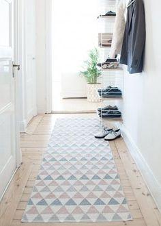 Un tapis long et coloré pour habiller un couloir