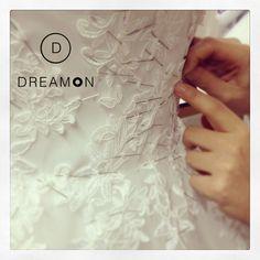DreamON un beklenen yeni koleksiyonu, ustalık isteyen el emeği ile birbirinden kaliteli malzemeler kullanılarak hazırlanıyor...  #dreamon #küçükdetaylar #güzelleştirir #gelinlik #new #collection #abiye #ustaeller #gelinlikmodelleri #abiyemodelleri #lace www.dreamon.com.tr