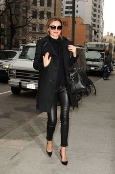 Fall street style jacket leather pants and black leather bag Legging Outfits, Leather Leggings Outfit, Leather Tights, Black Leggings, Outfits Pantalon Negro, Lederhosen Outfit, Miranda Kerr Style, Looks Dark, Black Leather Pants
