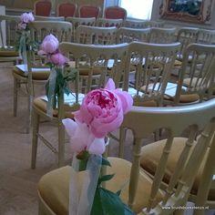 Stoelbloemen, in vaasjes of gewoon lekker natural als veldbloemen vast gestrikt met een lintje, zijn super leuk om de stoelen van de gasten voor de trouwceremonie mee te decoreren. In overleg met jullie en de locatie kunnen wij ze voor jullie aan de stoelen vast maken. Table Decorations, Wedding, Furniture, Home Decor, Valentines Day Weddings, Decoration Home, Room Decor, Home Furnishings, Weddings