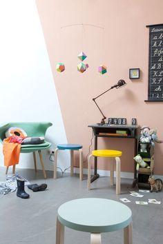 peinture intérieur maison - mur bicolore à la verticale en blanc et rose poudré
