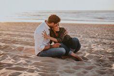 pareja novios sentados en la playa fotografo de bodas Alberto Llamazares