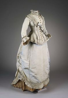 Historical fashion and costume design. 1870s Fashion, Victorian Fashion, Vintage Fashion, Victorian Era, Vintage Gowns, Vintage Outfits, Floral Vintage, Bustle Dress, Retro Mode