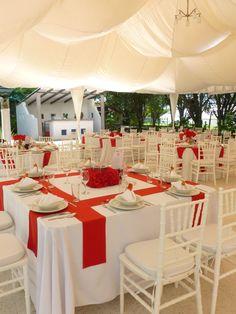 Montaje boda con mesas cuadradas, sillas Tiffany blancas y tiras de gato en color rojo. Quinta Pavo Real del Rincón www.pavorealdelrincon.com.mx