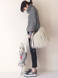 お金をかけずに「品」を出すには?大人女性のおしゃれポイント15 - LOCARI(ロカリ) Knit Fashion, Casual Pants, Winter Fashion, Normcore, Knitting, How To Wear, Bags, Style, Photos