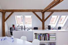Zolder verbouwen tot kantoor met veel daglicht door FAKRO dakramen. Gebruik veel wit voor ruimtelijkheid.