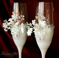 Snowflakes Winter Wedding Champagne Flutes Champagne Glasses Winter Wedding Christmas Wedding Holiday Wedding Set Of 2 Champagne Flutes - Bride and Groom These are hand painted set of 2 Wedding Champagne Flutes painted by me. They are hand painted with non toxic acrylic paint for glass.