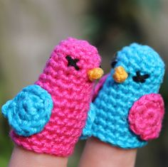 Dickie Bird finger crochet pattern, toddler and adult fingers on missneriss.com Crochet Birds, Easter Crochet, Crochet Bebe, Crochet For Kids, Crochet Crafts, Free Crochet, Crochet Animals, Hand Puppets, Finger Puppets