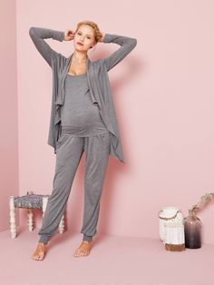 Softness and freedom of movement! You will be addicted to this adaptable kit to wear before and even after the birth, since it is particularly adapted to your changing figure. Maternity Sale, Maternity Nursing, Maternity Wear, Maternity Fashion, Maternity Nightwear, Maternity Pajamas, Business Chic, Overall, Long Cardigan
