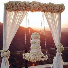 """""""Casamento ao pôr do sol... detalhe para o charme da decor com bolo suspenso!!! Ideia original cheia…"""""""