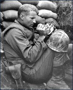 핫팬츠 처자들. 1960년대 아프리카에서 복싱하는 어네스트 헤밍웨이. 미군에게 투항하는 일본 병사. 1944년 마셜 제도 다친 개를 치료해주는 미군 병사들. 1944년 괌 오로테 반도 345명을 사살한 오스트리아 저격수 Matthaus Hetzenauer. 1944년 독일군 공습으로 파괴된 런던. 1940년 월드컵이 시작하기 전 스웨덴 거리를 걷고 있는 17세 펠레. 1958년 수술받은 아이의 심리치료를 위한 동물들. 1956년 여배우 Phyliss Gordon과 그녀의 애완 치타. 1939년 알 카포네가 수감되었던 이스턴 주립 교도소의 독방 필라델피아의 센트럴 하이스쿨. 미국에서 가장 오래전에 찍혔을 것으로 추정되는 사진. 1839년 살바도르 달리와 코뿔소. 사진작가는 Philippe Halsman. 1956년 아기 고양이 밥먹이는 미 해병. 1943년 얼어붙은 나이애가라 폭포. 1911년 그레이스 켈리. 1954년 거리의 소년 갱스터들. 1916년 메사추세츠 아우슈비츠를…