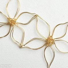 Easy Anthropologie Flower Necklace tutorial - perfect for spring! Nylon Flowers, Wire Flowers, Fabric Flowers, Wire Wrapped Jewelry, Wire Jewelry, Beaded Jewelry, Jewellery, Resin Necklace, Flower Necklace