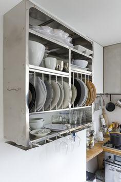 インドの食堂で使われている食器のラック。お皿やワイングラスなどを機能的に収納できる。