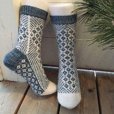 Free - pretty shaping of the pattern bands and back of heel/leg. Ravelry: Woodruff pattern by General Hogbuffermias hemmaliv: Hur stickar man hälen? Crochet Socks, Knitted Slippers, Knit Mittens, Knitting Socks, Baby Knitting, Knit Crochet, Crochet Pattern, Crotchet, Woolen Socks