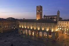 Bologna war zuerst etruskisch, dann keltisch und schließlich eine römische Kolonie und Stadt. Hinter den Stadtmauern, von denen heute noch einige Reste zu bewundern sind, entstand im 11. Jahrhundert die erste Universität der Welt. Ein Stadtbummel durch die Hauptstadt der Region Emilia beginnt zweifelsohne an der Piazza Maggiore, einem quadratischen Platz, an dem einst der Markt aufgebaut wurde. Foto: miloandriani/iStock/Thinkstock
