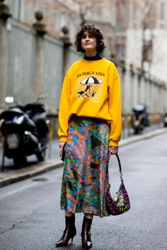 Milan Fashion Week Street Style Fall 2018 Day 3 - The Impression Street Style Trends, Milan Fashion Week Street Style, Autumn Street Style, Milan Fashion Weeks, Street Style Looks, Weekend Fashion, Modest Fashion, Skirt Fashion, Straight Cut Jeans