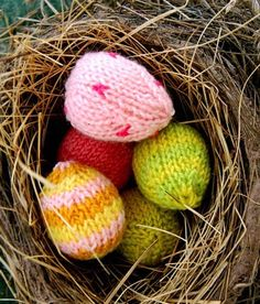 Whit's Knits: Fuzzy Easter Chicks and Mini Easter Eggs - The Purl Bee - Knitting Crochet Sewing Embroidery Crafts Patterns and Ideas! Easter Egg Dye, Easter Egg Crafts, Hoppy Easter, Easter Decor, Easter Ideas, Purl Bee, Easter Holidays, Egg Decorating, Egg Hunt
