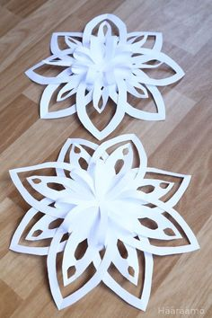 Ohje: Lumihiutale paperista 3D                                                                                                                                                                                 More Office Christmas Decorations, Christmas Crafts For Gifts, Christmas Ornament Crafts, Christmas Paper, Decoration Evenementielle, Paper Decorations, 3d Paper Snowflakes, Paper Flowers Craft, Paper Crafts Origami