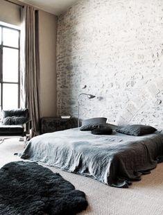 Stoere, nonchalante slaapkamer waarin de verschillende materialen prachtig zijn gecombineerd. Love it!