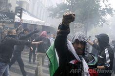 仏パリ(Paris)で、パレスチナ自治区ガザ地区(Gaza Strip)への空爆を続けるイスラエルに抗議するデモに参加する人々(2014年7月13日撮影)。(c)AFP/KENZO TRIBOUILLARD ▼14Jul2014AFP|世界各地で反イスラエル・デモ、ガザ空爆に抗議 http://www.afpbb.com/articles/-/3020474