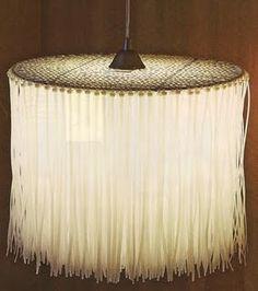 Artefacto de luz a partir de una rejilla de la parrilla y los lazos de plástico con cierre.