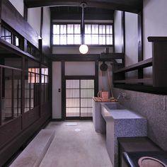 こうしたいわゆる玄関としての機能だけでなく、 土間は、汚れ作業や家内での軽作業を行う場として使われています。 この空間の分析により、「土間」を平成の「新町家」の家づくりのテーマと設定しました。木の家 無垢材 家づくり 京都 京山々・木の家づくりの会(きょうさんざん・きのいえづくりのかい)