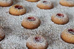 Engelsaugen/Husarenkrapfen backen :http://was-koche-ich-heute-rezepte.de/2015/12/engelsaugenhusarenkrapfen-backen-angel-eye-cookies/