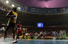 IlPost - Mosca, Russia - Il giamaicano Usain Bolt dopo aver vinto la medaglia d'oro nei 100 metri ai Mondiali di atletica leggera, 11 agosto 2013. Il cielo sullo sfondo è illuminato da un fulmine, in inglese bolt. (OLIVIER MORIN/AFP/Getty Images) – Chi ha fatto la foto di Bolt col fulmine