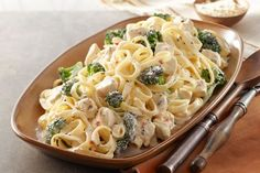 Easy Chicken & Broccoli Alfredo – This savory Alfredo recipe may seem complicated to make, but it's a snap when you know this shortcut. A creamy cheese sauce tops chicken, fettuccine pasta, and fresh broccoli in 20 minutes flat. Pasta Alfredo Con Pollo, Chicken Broccoli Alfredo, Chicken Fettuccine, Alfredo Sauce, Fettuccine Alfredo, Chicken Brocoli, Chicken Pasta, Broccoli Pasta, Healthy Eating Recipes