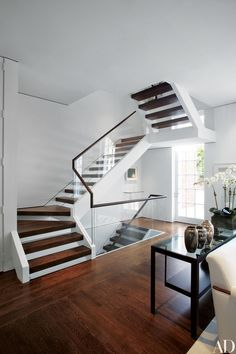 To let the eye run across this historic Washington, D.C., house unimpeded, Simon and Hugh Newell Jacobsen created a staircase of open risers and installed a sculptural wood-and-glass railing | archdigest.com