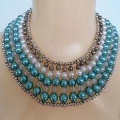 Maxi colar feito com perolas etremeio azul e bolinhas em abs. R$ 25,00