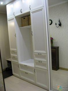 Вместительный шкаф в прихожей