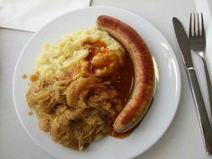 Rostbratwurst mit Kartoffelpüree und Sauerkraut