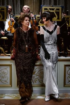 Maggie Smith, Imelda Staunton, and Laura Carmichael in Downton Abbey Downton Abbey Costumes, Downton Abbey Movie, Downton Abbey Fashion, Gentlemans Club, Lady Mary Crawley, Mejores Series Tv, Imelda Staunton, Fashion Tv, Hijab Fashion